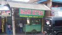 Dalam kasta kuliner Jawa, mie atau bakmi tergolong makanan yang serba tidak jelas jenis kelaminnya.