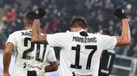 Striker Juventus, Mario Mandzukic, melakukan selebrasi usai mencetak gol ke gawang Inter Milan pada laga Serie A di Stadion Allianz, Turin, Jumat (7/12). Juventus menang 1-0 atas Inter Milan. (AP/Andrea Di Marco)