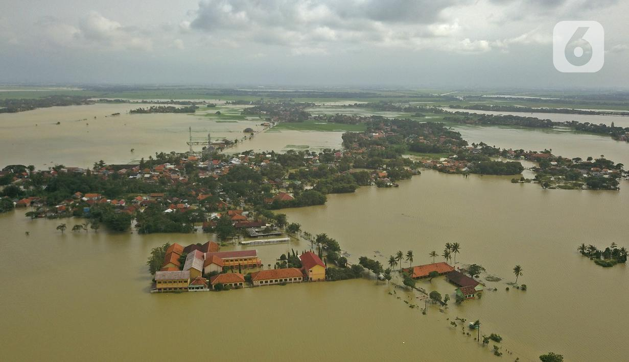 Suasana banjir di Desa Sukalaksana Kabupaten Bekasi, Jawa Barat, Senin (22/02/2021). Banjir tersebut akibat luapan sungai Citarum yang tanggulnya jebol. (Liputan6.com/Herman Zakharia)