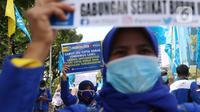 Para buruh dari berbagai aliansi membawa poster saat menggelar aksi memperingati Hari Buruh Internasional atau May Day di Jakarta, Sabtu (1/5/2021). Mereka meminta pemerintah untuk mencabut Omnibus Law dan memberlakukan upah minimum sektoral (UMSK) 2021. (Liputan6.com/Angga Yuniar)