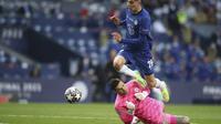 Kai Havertz dari Chelsea mencetak gol pembuka timnya pada pertandingan sepak bola final Liga Champions lawan Manchester City di Stadion Dragao di Porto, Portugal, Sabtu, 29 Mei 2021. (Jose Coelho / Pool via AP)