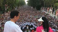 Presiden Jokowi dan Ibu Negara Iriana mengikuti jalan sehat bersama warga Kota Makassar, Sulawesi Selatan, Minggu (29/7/2018). (Biro Pers Istana)