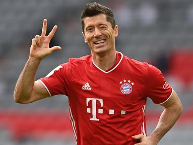 Penyerang Bayern Munchen, Robert Lewandowski, merayakan gol yang dicetaknya ke gawang Eintracht Frankfurt pada laga lanjutan Liga Jerman di Allianz Arena, Sabtu (24/10/2020) malam WIB. Bayern Munchen menang 5-0 atas Eintracht Frankfurt. (AFP/Christof Stache/various sources)