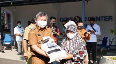Bupati garut Rudy Gunawan secara simbolis memberikan bantuan sosial berupa beras dari pemerintah pusat bagi perwakilan KPM PKH di Garut.
