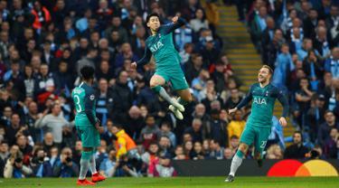 Penyerang Tottenham Hotspur Son Heung-min (tengah) melompat ke udara usai mencetak gol ke gawang Manchester City pada leg kedua babak perempat final Liga Champions di Etihad Stadium, Manchester, Inggris, Rabu (17/4). (Reuters/Jason Cairnduff)