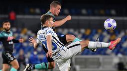 Gelandang Inter Milan, Nicolo Barella (depan) berebut bola dengan gelandang Napoli, Diego Demme dalam laga lanjutan Liga Italia 2020/2021 pekan ke-31 di Diego Armando Maradona Stadium, Minggu (18/4/2021). Inter bermain imbang 1-1 dengan Napoli. (AFP/Tiziana Fabi)