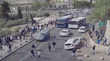 Kecelakaan nahas di Yerusalem ketika pendemo menyerang mobil.