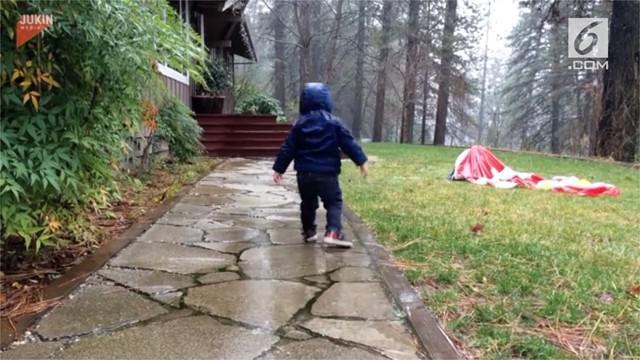 Kejadian lucu terjadi pada bocah satu ini saat dirinya asyik bermain air hujan untuk pertama kalinya.