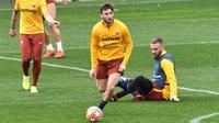 Gelandang AS Roma, Bryan Cristante menggiring bola saat latihan di Trigoria, selatan Roma (5/3). Pada Leg pertama AS Roma menang tipis atas Porto 2-1 di stadion Olimpico. (AFP Photo/Andreas Solaro)