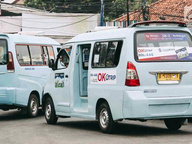 Angkot OK Otrip berada di Terminal Kampung Melayu, Jakarta, Selasa (16/10). Pengamat Transportasi Djoko Setijowarno menilai program OK OTrip yang digagas Anies-Sandi tersebut gagal. (Liputan6.com/Immanuel Antonius)
