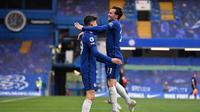 Kai Havertz (kiri) disambut oleh bek Chelsea, Ben Chilwell (kanan) usai membobol gawang Fulham dalam lanjutan Liga Inggris, Sabtu (1/5/2021) waktu setempat. (JUSTIN SETTERFIELD / POOL / AFP)