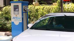 Mobil listrik saat mengisi daya listrik di SPKLU di Kantor PLN Pusat, Jakarta, Senin (9/11/2020). Pemerintah mendorong peningkatan ketersediaan  SPKLU hingga 2025 ditargetkan terbangun 3.465 unit SPKLU dan lima tahun kemudian menjadi 7.146 unit SPKLU. (Liputan6.com/Angga Yuniar)