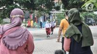 Orang tua murid saat menjemput di halaman sekolah usai mengikuti Pembelajaran Tatap Muka (PTM) Terbatas di SDN Malaka Jaya 07 Pagi, Klender, Jakarta, Senin (30/8/2021). Kegiatan(merdeka.com/Iqbal S. Nugroho)