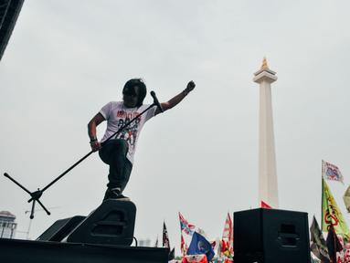 Penampilan Ari Lasso saat Konser Drug Free Asia Afrika di Kawasan Monas, Jakarta, Minggu (19/4/2015). Konser dalam rangkaian KAA itu bertujuan sebagai kampanye pencegahan penyalahgunaan narkotika di kawasan Asia Afrika. (Liputan6.com/Faizal Fanani)