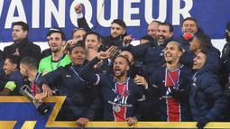 Pemain PSG merayakan juara Piala Super Prancis usai mengalahkan Marseille di Stade Bollaert-Delelis, Kamis (14/1/2021). PSG menang 2-1 atas Marseille. (AFP/Denis Charlet)