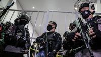 Polisi berjaga di lokasi bekas Sekretariat Markas Front Pembela Islam di Petamburan, Jakarta, Selasa (27/4/2021). Penggeledahan tersebut usai pengacara eks Pimpinan Front Pembela Islam (FPI) Rizieq Shihab, Munarman ditangkap Densus 88 sore tadi di kediamannya. (Liputan6.com/Faizal Fanani)
