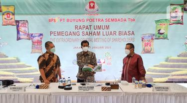 Direktur PT Buyung Poetra Sembada Tbk (HOKI) Budiman Susilo, Komisaris Utama Independen Jonathan Jochanan, dan Direktur Utama Sukarto Bujung berbincang di sela-sela Rapat Umum Pemegang Saham Luar Biasa (RUPSLB) di Jakarta, Rabu (27/01/2021). (Liputan6.com/Pool)
