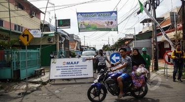 Petugas menjaga jalan yang terkena pengalihan arus di kawasan Otista, Jakarta, Kamis (23/4/2015). Jalan Otto Iskandardinata 3 akan ditutup selama 70 hari karena proyek pembangunan sodetan Kali Ciliwung kembali dilanjutkan. (Liputan6.com/Faizal Fanani)