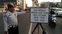 Sosialisasi ganjil genap di perempatan Jalan Fatmawati, Jakarta Selatan, Senin (12/8/2019).(Merdeka.com/ Ronald