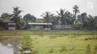 Bangunan rumah berdiri disamping persawahan di Desa Pasir Kaliki, Kabupaten Karawang, Jawa Barat, Rabu (7/8/2019). (Liputan6.com/Faizal Fanani)