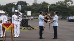 Panglima TNI Marsekal Hadi Tjahjanto memberikan panji-panji TNI AU Swa Bhuwana Paksa kepada Marsekal TNI Yuyu Sutisna saat memimpin upacara sertijab KSAU di Lapangan Udara Halim Perdanakusuma, Jakarta, Jumat (19/1). (Liputan6.com/Faizal Fanani)