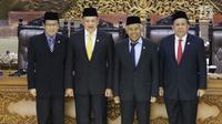 Bambang Soesatyo (dua dari kiri) bersama tiga Wakil Ketua DPR yakni Fahri Hamzah, Taufik Kurniawan, dan Agus Hermanto usai dilantik di Gedung DPR RI, Jakarta, Senin (15/1). Bambang resmi menjabat Ketua DPR jabatan 2014-2019. (Liputan6.com/Angga Yuniar)