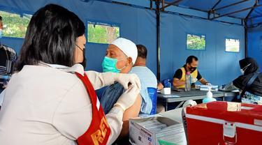 vaksinasi gratis bagi warga oleh Polda Sulteng
