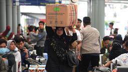 Calon penumpang membawa barang bawaan di Stasiun Pasar Senen, Jakarta, Rabu (29/5/2019). H-7 Lebaran, Stasiun Pasar Senen mulai dipadati penumpang yang ingin mudik ke kampung halaman masing-masing. (merdeka.com/Imam Buhori)