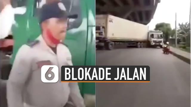 Merasa alasan tak jelas, sopir memalangkan truknya hingga menutup sebagian akses jalan.