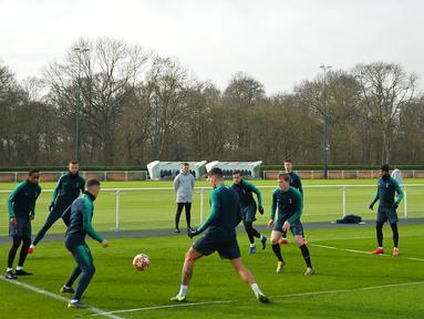 Para pemain Tottenham Hotspur mengambil bagian dalam sesi latihan di Pusat Pelatihan Enfield, London utara (12/2). Tottenham akan bertanding melawan Borrusia Dortmund pada 16 besar Liga Champions di stadion Wambley. (AFP Photo/Glyn Kirk)
