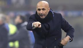 Pelatih Inter Milan, Luciano Spalletti, memberikan arahan kepada anak asuhnya saat melawan Napoli pada laga Serie A di Stadion San Siro, Rabu (26/12). Inter Milan menang 1-0 atas Napoli. (AP/Luca Bruno)