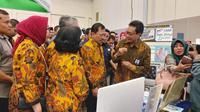 Menteri Kesehatan Republik Indonesia, Dokter Terawan, saat mengunjungi salah satu stan alat kesehatan di Pameran Pembanguan Kesehatan 2019 di Indonesia Convention Exhibition (ICE) Bumi Serpong Damai (BSD), Tangerang Selatan pada Sabtu, 9 November 2019 (Aditya Eka Prawira/Liputan6.com)