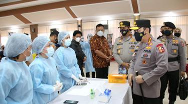 Selain memantau pengamanan di sejumlah gereja, Kapolri juga mengunjungi Markas Polda Sulut untuk meninjau proses vaksinasi.