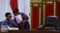 Menteri KKP, Susi Pudjiastuti berbincang dengan Menko Polhukam Luhut Pandjaitan sebelum mengikuti rapat terbatas di Kantor Presiden Komplek Kepresidenan, Jakarta, Rabu (29/6). (Liputan6.com/Faizal Fanani)
