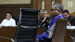 Plt Gubernur Aceh Nova Iriansyah menjawab pertanyaan saat menjadi saksi pada sidang dugaan suap terkait Dana Otonomi Khusus Aceh (DOKA) 2018 dengan terdakwa Irwandi Yusuf di Pengadilan Tipikor, Jakarta, Senin (10/12). (Liputan6.com/Helmi Fithriansyah)
