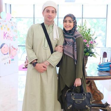 7 Potret Gary Iskak dengan Baju Muslim, Berjenggot dan Pakai Peci