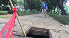 Pejalan kaki melintasi trotoar yang rusak dan berlubang di Jalan Kyai Tapa, Jakarta, Kamis (24/1). Banyaknya lubang akibat kerusakan penutup saluran air tersebut membahayakan pejalan kaki. (Liputan6.com/Immanuel Antonius)