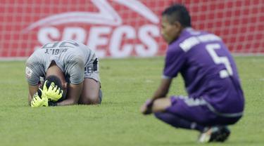 Kiper Persita Tangerang, Yogi Triyana, tertunduk usai ditaklukkan Kalteng Putra pada laga Liga 2 di Stadion Pakansari, Jawa Barat, Selasa (4/12). Kalteng menang 2-0 atas Persita. (Bola.com/M. Iqbal Ichsan)