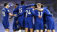 Para pemain Chelsea melakukan selebrasi usai pemain Everton, Ben Godfrey, melakukan gol bunuh diri pada laga Liga Inggris di Stadion Stamford Bridge, Senin (8/3/2021). Chelsea menang dengan skor 2-0. (Glyn Kirk/Pool via AP)