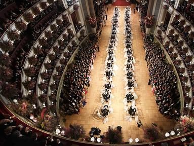 Ratusan pasangan penari tampil pada pembukaan acara tradisional Opera Ball di Gedung Opera Nasional Wina, Austria, Kamis (23/2). Opera Ball merupakan acara tahunan masyarakat Austria yang digelar sejak 1935. (HERBERT NEUBAUER/APA/AFP)