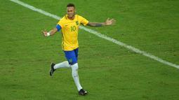 Pemain Brasil Neymar (10) merayakan kemenangannya setelah mencetak gawang kelima kalinya dalam adu penalti melewati kiper timnas Jerman, Timo Horn di partai final turnamen sepak bola Olimpiade Rio 2016 di Brasil (20/08) (REUTERS / Murad Sezer)
