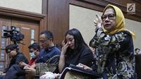 Terdakwa kasus dugaan korupsi investasi perusahaan di Blok Basker Manta Gummy (BMG) Australia tahun 2009, Karen Agustiawan (kanan) didampingi keluarganya saat akan menjalani sidang pembacaan putusan di Pengadilan Tipikor, Jakarta, Senin (10/6/2019). (Liputan6.com/Herman Zakharia)
