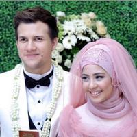 Stuart dan Risty menikah pada 19 April 2015 di Bogor, Jawa Barat. Namun, pada 20 Agustus 2015, Risty, yang sedang hamil muda, melayangkan gugatan cerai terhadap Stuart. (Via Instagram/@Stuartcollin)
