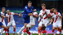 Bek Chelsea, Andreas Christensen, berebut bola dengan bek Southampton, Kyle Walker-Peters, pada laga lanjutan Liga Inggris di Stamford Brigde, Sabtu (17/10/2020) malam WIB. Chelsea bermain imbang 3-3 atas Southampton. (AFP/Ben Stansall/pool)