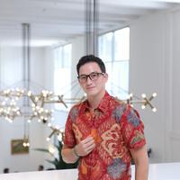 Mike Lewis mengenakan batik Nusantara, koleksi batik terbaru dari The Cufflinks Store. (Foto: Daniel Kampua/Fimela.com)