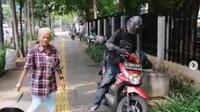 Pemotor arogan serempet pejalan kaki di trotoar Jakarta Pusat (Merdeka.com)