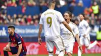 Pemain Real Madrid, Luka Modric bersama Karim Benzema merayakan gol ke gawang Osasuna pada laga La Liga di Stadion El Sadar, Minggu (9/2/2020). Real Madrid menang 4-1 atas Osasuna. (AP/Alvaro Barrientos)