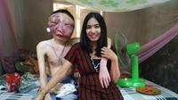 Foto seorang wanita yang berdiri di samping kekasihnya yang terkena kanker, telah membuat hati warganet terenyuh. (Doc: Facebook.com/Atittaya Chumkeaw)