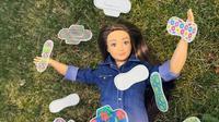 Boneka ini stiker pembalutnya dapat ditukar-tukar untuk mengajarkan anak tentang menstruasi