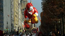 Balon raksaksa berbentuk tokoh ikonik Mac D ikut meramaikan Parade Thanksgiving Day di New York City (26/11/2015). Beragam balon raksaksa yang dibuat seperti tokoh animasi menjadi suguhan utama dalam perayaan tersebut. (AFP Photo/Timothy A. Clary)